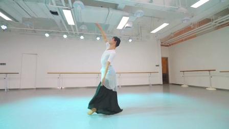 孙科古典舞【舞姿训练组合】大家可以学起来.舞蹈要想跳好.组合训练必不可少,训练中可以强化气息手位脚位与舞感.多练多跳一定会有进步的。