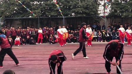 2017年12月27日下午:宁波少林文武学校举行迎新春、庆元旦文艺武术、散打汇演,节目种类丰富,个个异彩纷呈,精彩绝伦 ,场上表演的是本校主教练王超班
