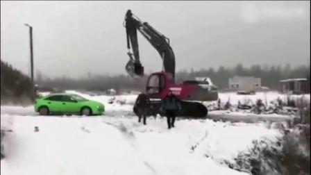 轿车与挖掘机狭路相逢, 司机被打后将轿车砸了个稀巴烂