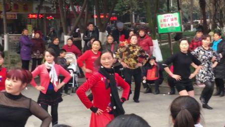 百人聚集观看广场舞壮观场面