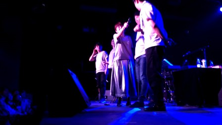 熊木杏里跨年演唱会-与观众握手等待新年倒计时