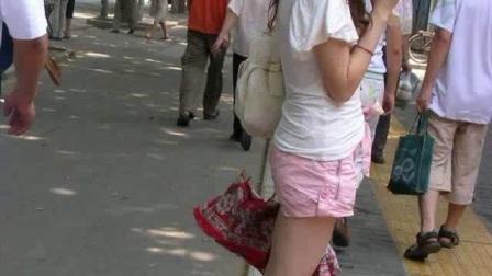 街拍:超级萌的妹子,迷人优雅短裤时刻展示妹子凸凹傲人