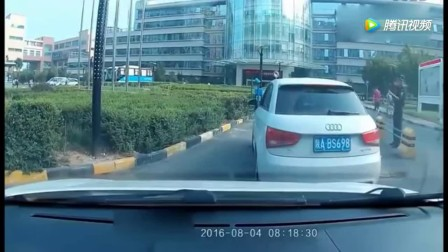 奥迪女司机倒车的技术太牛了, 就连交警都看懵了! 佩服