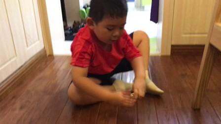【6岁】11-1哈哈坐在地上玩爸爸买的爆裂摩托玩具IMG_4041
