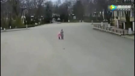 母女二人走在路上感觉不对劲, 妈妈拉着孩子就跑, 监控拍下可怕一幕