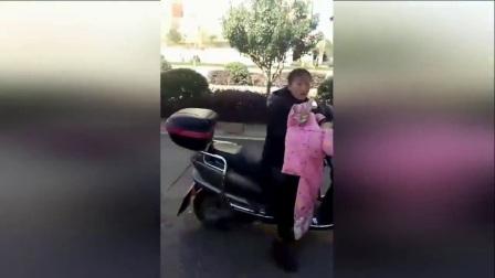 残忍!_云南一小男孩被母亲绑电瓶车上拖行