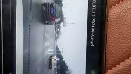 视频记录奔驰撞飞电三轮