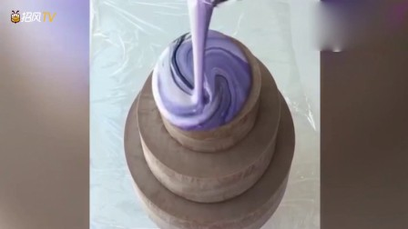 加拿大一位小姐姐做的镜面蛋糕,材料慢慢淋到蛋糕上的那一刻
