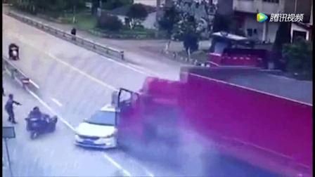 车辆和行人都在正常行驶, 突然监控拍到这可怕一幕!