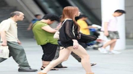 街拍大步流星向前走的热裤美腿妹子,身材迷人回头率很高!
