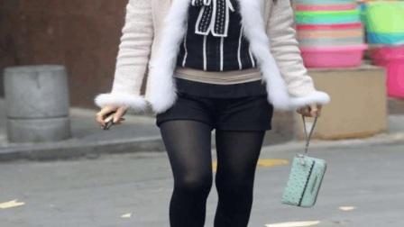 街拍小姐姐热裤很短,露出一截腿超性感,百看不厌