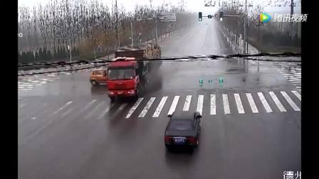 小车毫不犹豫闯红灯, 30米的大货车也没有犹豫, 真的很惨!