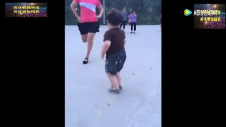 2岁小孩在大街上跳广场舞,引来一片人围观,气场十足!t0503xoo0v6.mp4