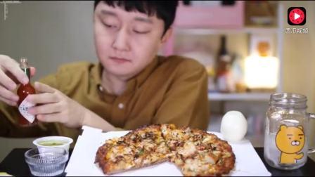 韩国小哥吃虾仁披萨, 大口生啃洋葱, 表情超逗