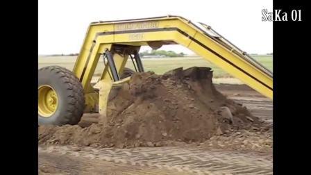 动力强劲超级拖拉机耕地