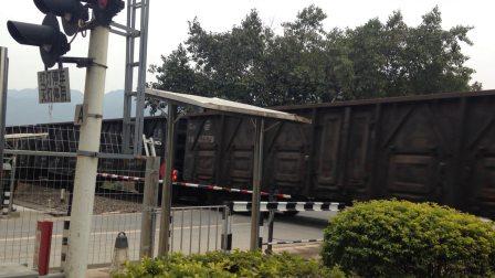 (三茂线火车视频)DF4A 0735牵引混编货列通过肇庆学院道口