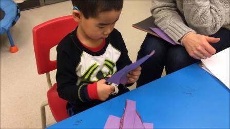 小宝四岁两个月,自闭症。训练师测试小宝用剪刀的能力