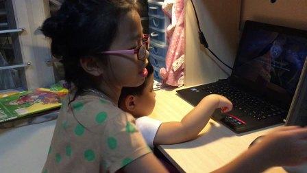 倆姊弟 玩電腦