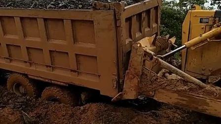货车师傅和挖机师傅不容易, 一下雨就倒霉了