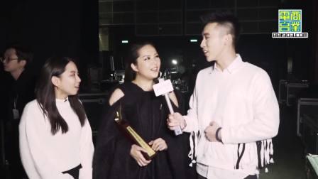 叱咤乐坛女歌手金奖得奖者卫兰,接受后台采访