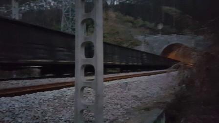 夜幕下,广铁株段和谐HXD1C0101上行货列通往广珠铁路