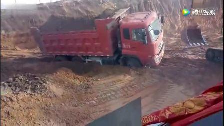挖掘机装载大货车尴尬一幕, 司机下车观察, 估计气坏了!