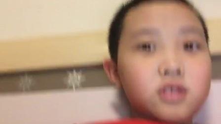 一个小孩子连10岁都没倒就录视频