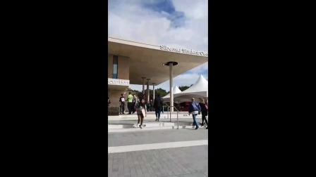 埃大商学院同学带大家参观商学院和学校