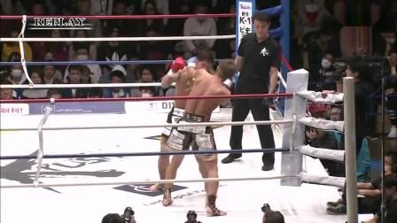 中国拳王暴打日本拳王, 直接把对手打出拳台, 差点掉裁判席上