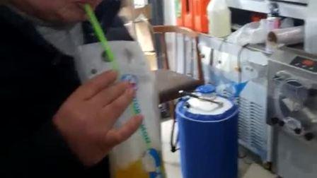 甜蜜蜜吃了会冒烟的冰淇淋技术现场,制作跳舞果汁品尝跳舞果汁