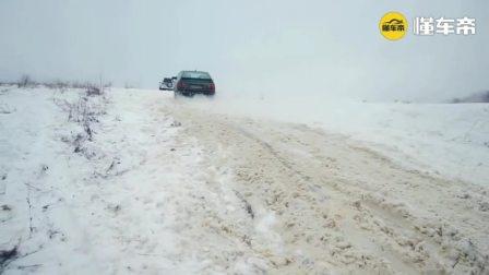 哈弗H5和丰田霸道四驱差别到底有多大? 雪地冲坡就明白了