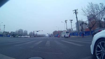 奥迪京LBW700挤我右边来了..和我同车道。..绿灯正常起步.这家伙嗷的一声就出去了.