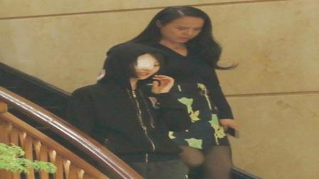 郑爽和妈妈一起下楼,眼伤未愈的她挡脸,却是一脸娇羞!