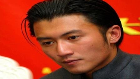 谢霆锋王菲现身KTV欢唱男方嘴上甜笑眼里都是爱