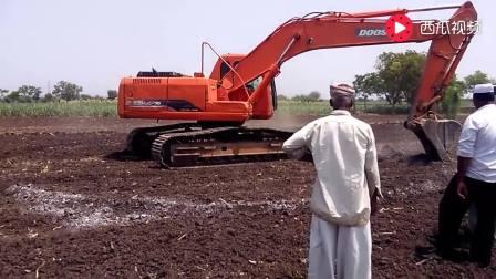 挖掘机在地面上画圈圈, 谁知道它接下来要干嘛?