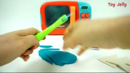 玩卫生草莓蛋糕搅拌机和搅拌机, 就像家庭微波炉芭比学习颜色的孩子