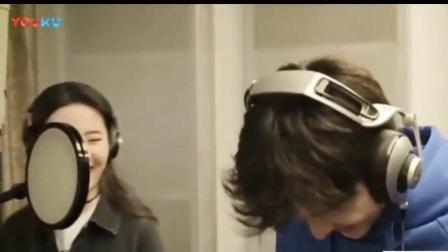 刘亦菲收成龙礼物晒自拍搞怪说- 耍酷有行头咯。成龙大哥在圈内的地位还真不是一般的高