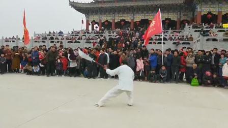 冠县梅花拳弟子在始祖大殿前表演春秋大刀