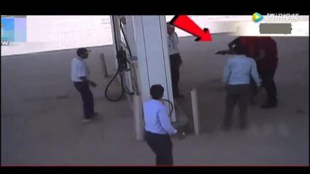 加油站, 男子见同事被欺负来帮忙, 忽然感到不对劲, 已经晚了