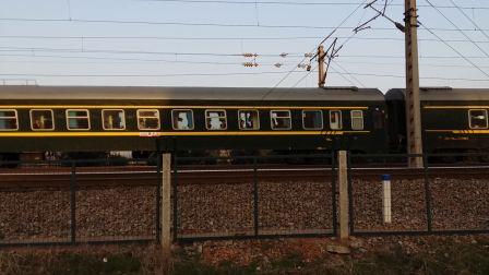 武局南段的HXD1D型电力机车牵引K1196次列车从京广线滠口站附近经过