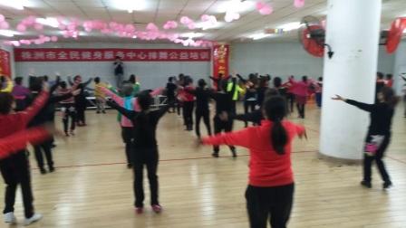 """株洲市排舞协会公益培训教练员和学员们共同展示""""幸福的歌"""""""