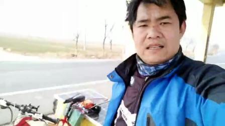 木公骑着自行车道易县农村拍广场舞 农村媳妇跳广场舞就是好看