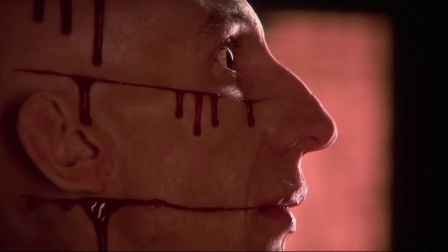 不慎触动杀人机关 瞬间被切成尸块