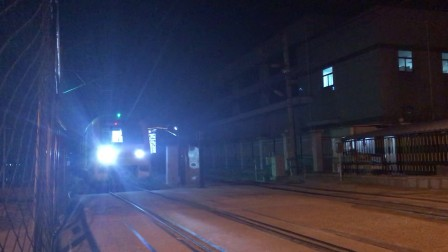 上海地铁十号线增购列车中速通过