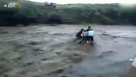 洪水来临的时候男女作死不跑,一个大水冲过来,两人瞬间消失!