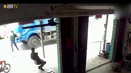 她本以为货车看到了她,会手下留情,没想到司机太狠了!