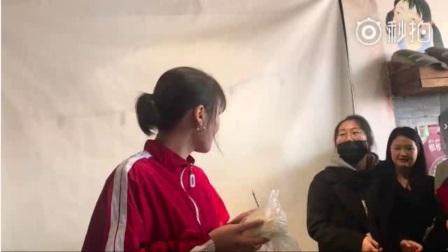 马思纯生日会大方宴请粉丝吃火锅,粉丝竟用一个馒头替代蛋糕!