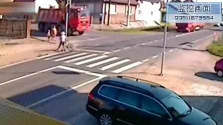 监控实拍:母子过马路惨遭大货车碾压身亡...