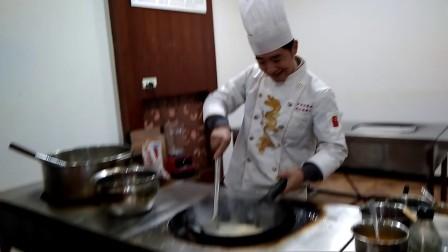 """重庆一厨师学校现""""麦霸""""厨师 自学练歌 精通500首各种歌曲"""