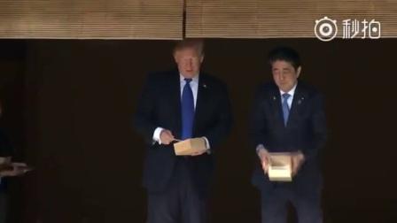 特朗普在东京喂鱼2017